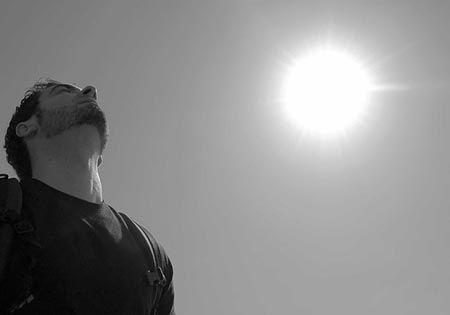 mann schaut in den himmel sonne