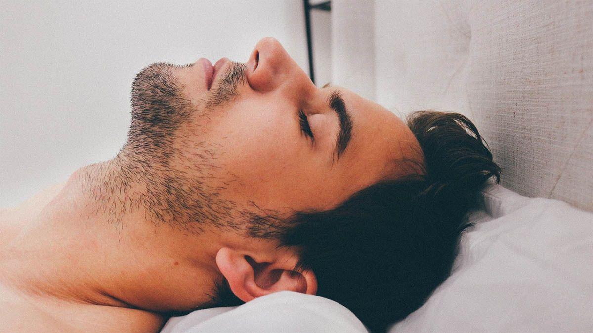 mann-schlafen-bett