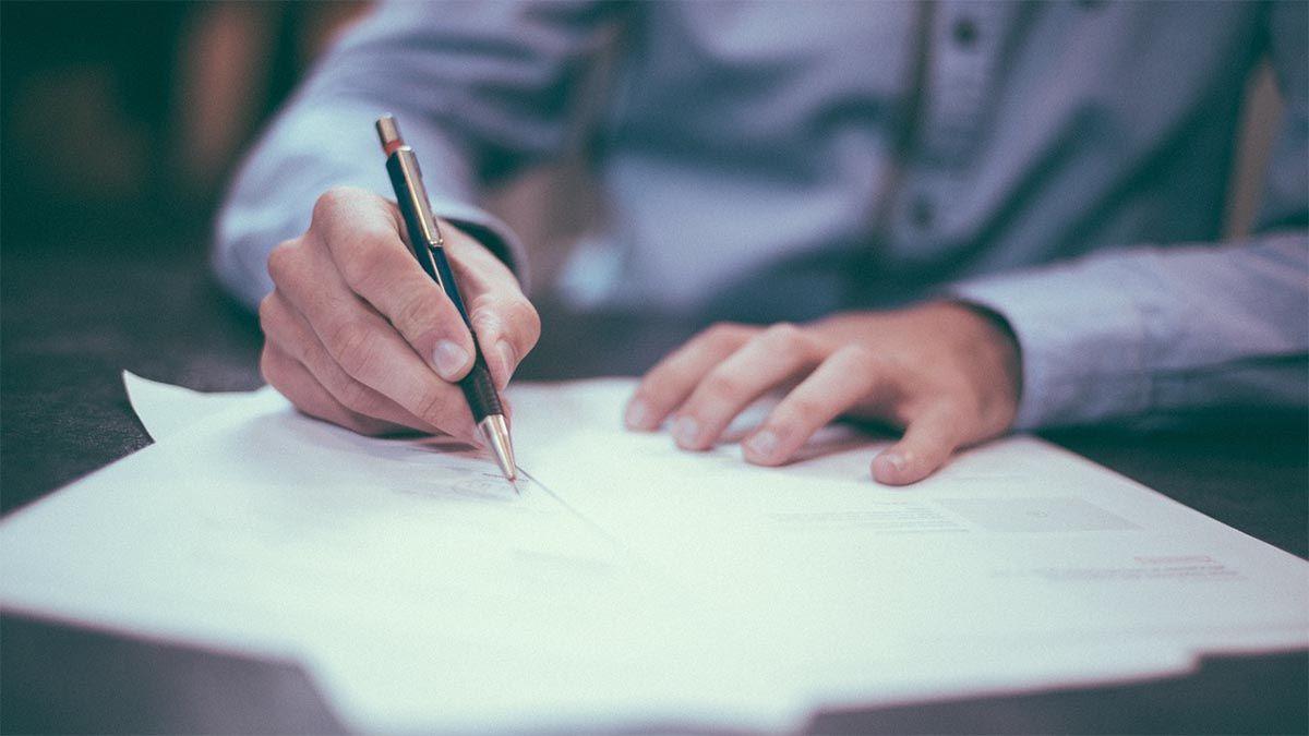 mann schreibtisch arbeiten