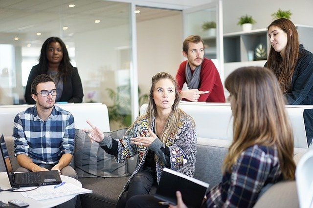 mitarbeiter meeting motiviert arbeiten