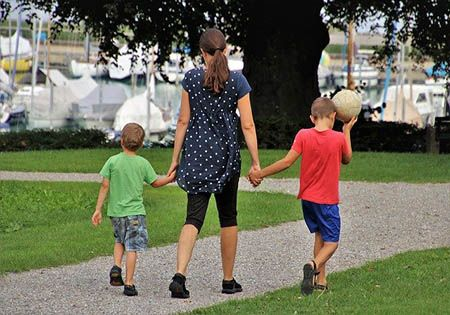 mutter zwei kinder park fussball