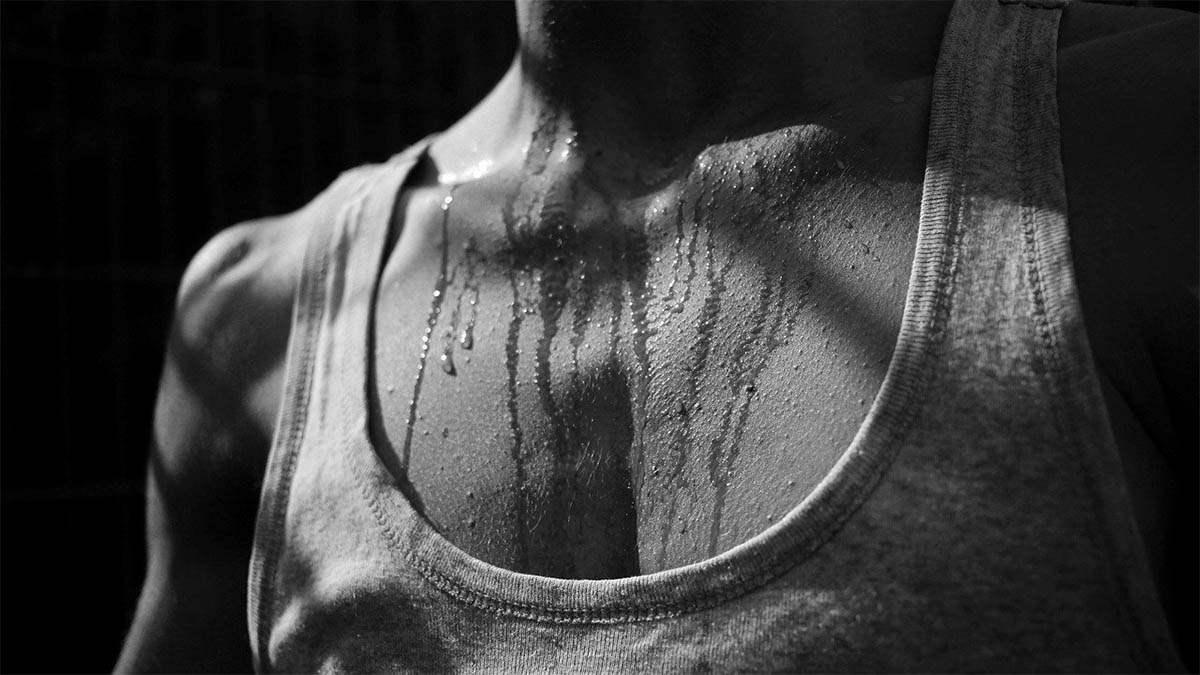 nachtschweiss-mann-brust