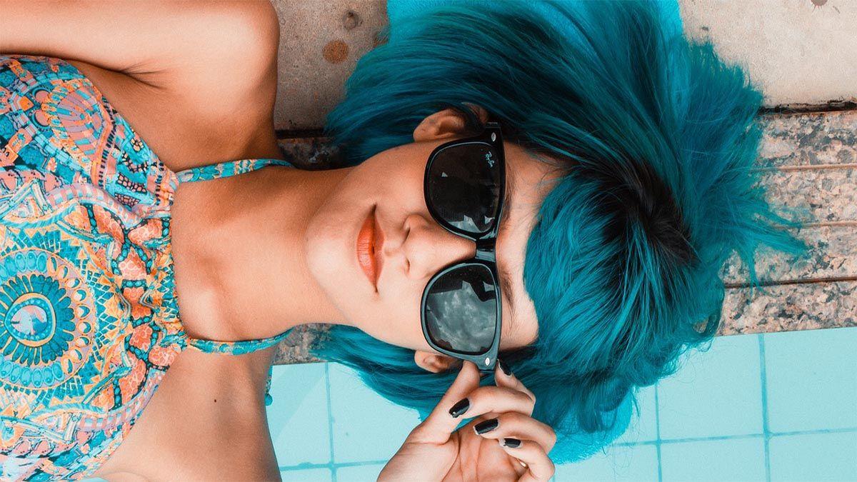 pubertaet maedchen blaue haare brille