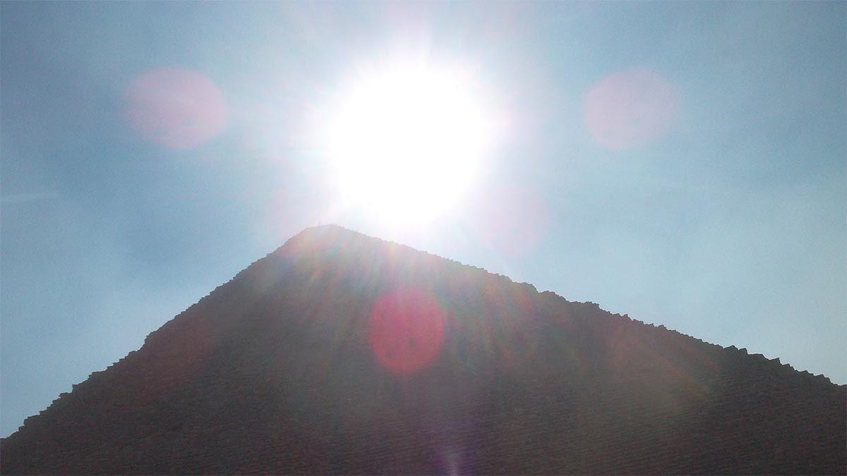 pyramide-sonne-linsenspiegelung