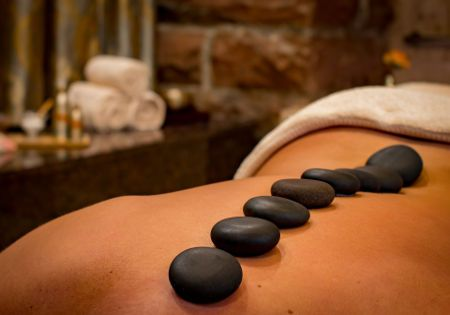 spa hot stones ruecken frau