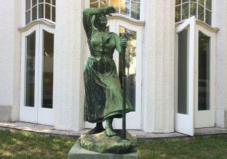 statue blickt nach oben