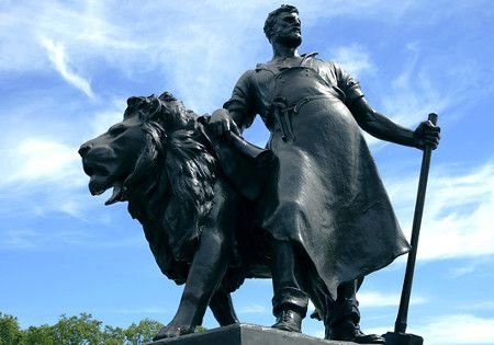 statue loewe
