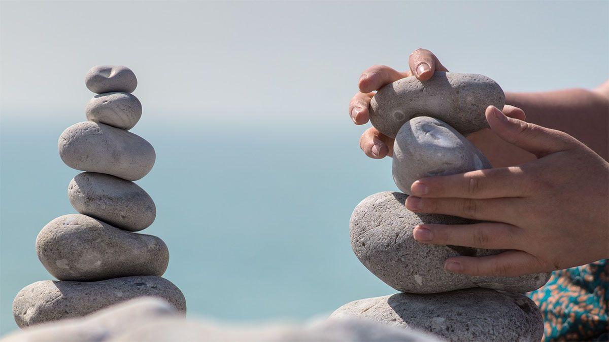 steine mit der hand balancieren