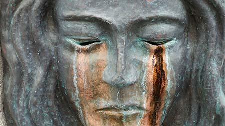 trauer-weinenede-skulptur