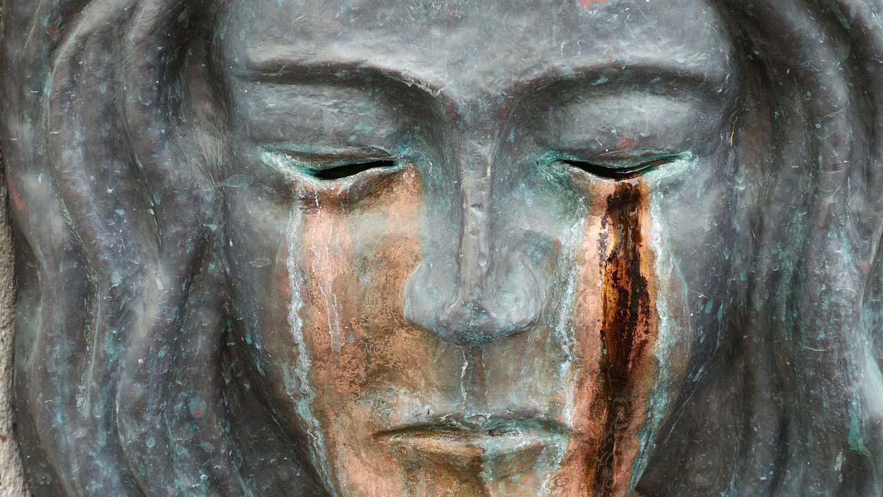 trauer-skulptur-die-weint