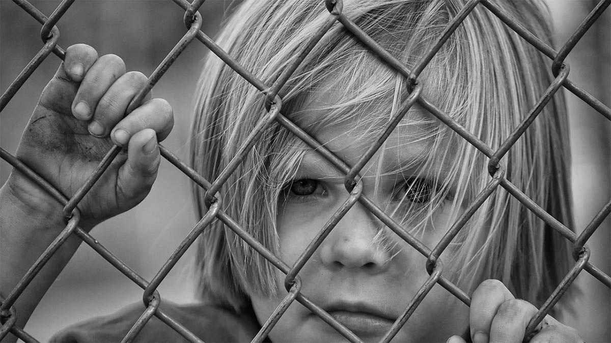 traumatisiertes-kind-zaun