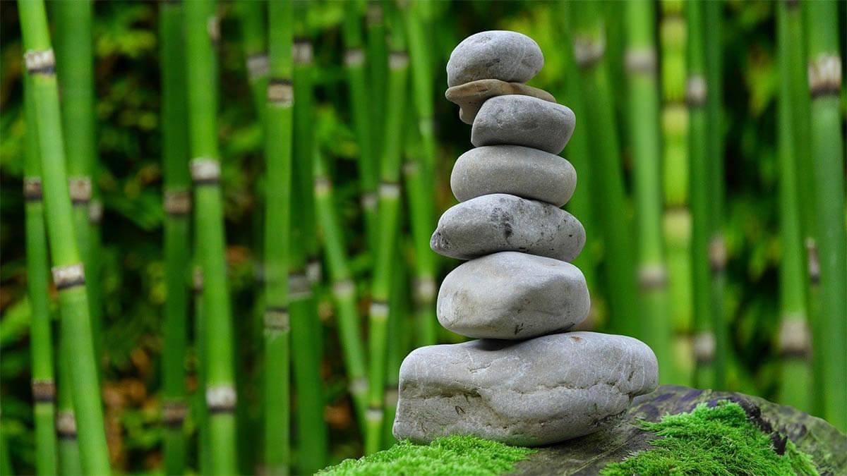 zen-garten-balancierende-steine-bambus