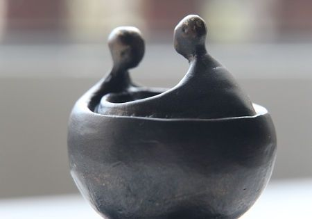 zwei menschen tischskulptur